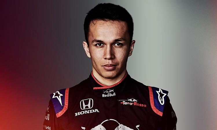 Albon sinh ra và lớn lên ở Anh, có bố là cựu tay đua ô tô, nhưng thi đấu F1 dưới màu cờ Thái Lan. Ảnh: Formula1.