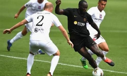 Lukaku (áo đen) có khả năng dứt điểm một chạm tuyệt vời. Ảnh: Gazzetta