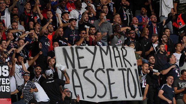 CĐV PSG căng băng-rôn phản đối Neymar trong trận đấu với Nimes tối 11/8..