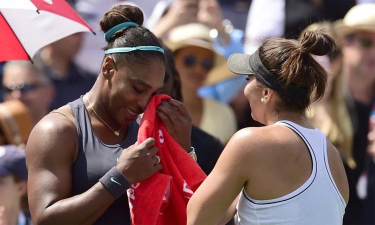 Serena buồn bã sau khi chỉ đấu được bốn game ở chung kết. Ảnh: AP.
