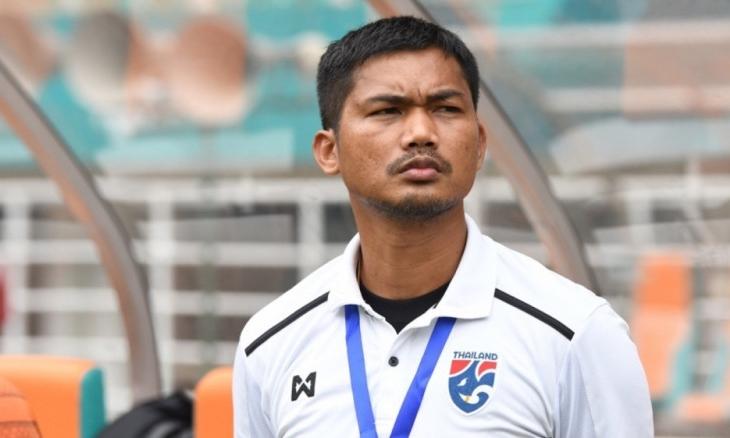 HLV Issara Sritaro đang chịu nhiều sức ép vì thành tích dưới kỳ vọng của U18 Thái Lan.