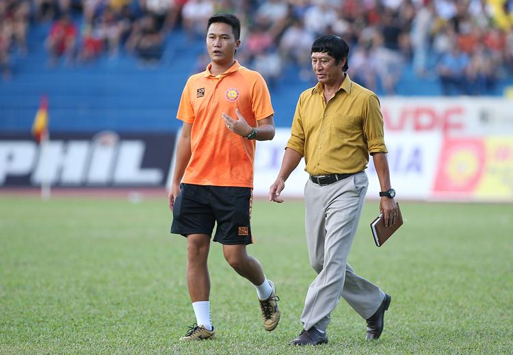 HLV Vũ Quang Bảo (phải) và trợ lý Mai Xuân Hợp trao đổi trong trận thua HAGL 2-3 trên sân nhà. Ảnh: Lâm Thoả