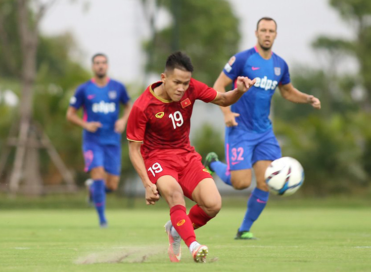 Các cầu thủ U22 Việt Nam đang tập làm quen với sơ đồ 3-4-3 của HLV Park Hang-seo.