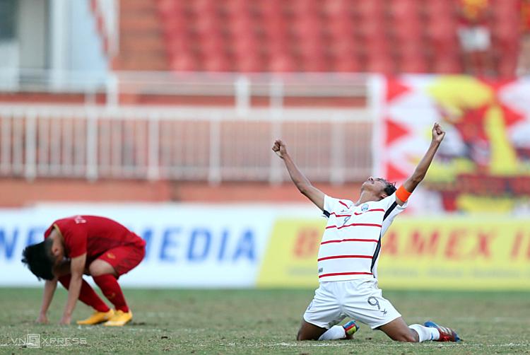 Campuchia (áo trắng) bất ngờ đánh bại Việt Nam và cả Thái Lan nhưng vẫn bị loại từ vòng bảng. Ảnh: Đức Đồng.