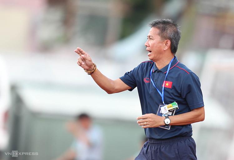 HLV Hoàng Anh Tuấn chỉ đạo các cầu thủ trong trận đấu với Campuchia. Ảnh: Đức Đồng.