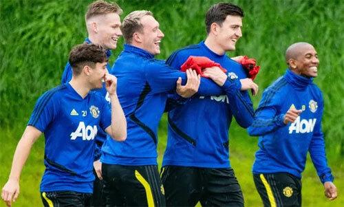 Bầu không khí vui vẻ của các cầu thủ Man Utd.