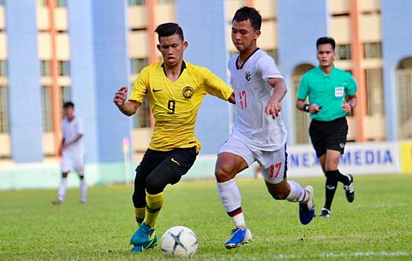 Malaysia (áo vàng) thua Thái Lan nhưng vẫn đi tiếp khi Việt Nam cũng thua Campuchia. Ảnh: Đức Đồng.
