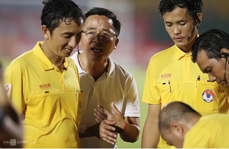 Trưởng đoàn bóng đá HAGL Nguyễn Tấn Anh phàn nàn với các trọng tài sau khi trận đấu kết thúc. Ảnh: Đức Đồng