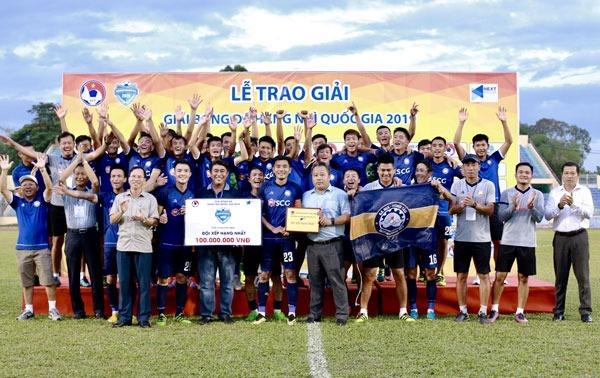 HLV Trần Minh Chiến cùng các cầu thủ nhận phần thưởng 100 triệu đồng cho chức vô địch và 300 triệu tiền thưởng từ UBND tỉnh Bà Rịa Vũng Tàu. Ảnh: VFF.