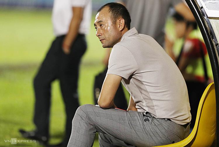 HLV Lee Tae-hoon buồn bã sau trận thua Bình Dương hôm qua, 16/8. Ảnh: Đức Đồng.