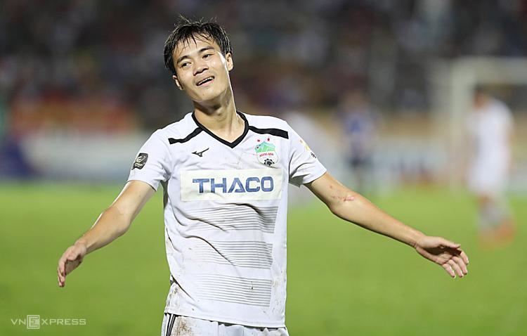 Văn Toàn vẫn chơi bùng nổ qua từng trận đấu nhưng hàng thủ mắc nhiều sai sót dẫn đến các trận thua của HAGL. Ảnh: Đức Đồng.