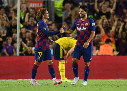 Griezmann có thể chia sẻ gánh nặng với Messi và Suarez.