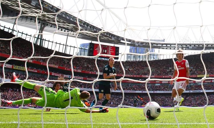 Bàn thua của Arsenal xuất phát từ tình huống David Luiz mắc lỗi vị trí. Ảnh: AFP.