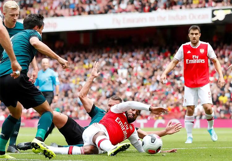 Lacazette trong pha làm bàn mở tỷ số cho Arsenal. Ảnh: Reuters.