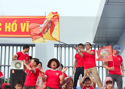 Người hâm mộ Hà Tĩnh vẫy cờ, hò hét cổ vũ đội nhà. Ảnh: Đức Hùng