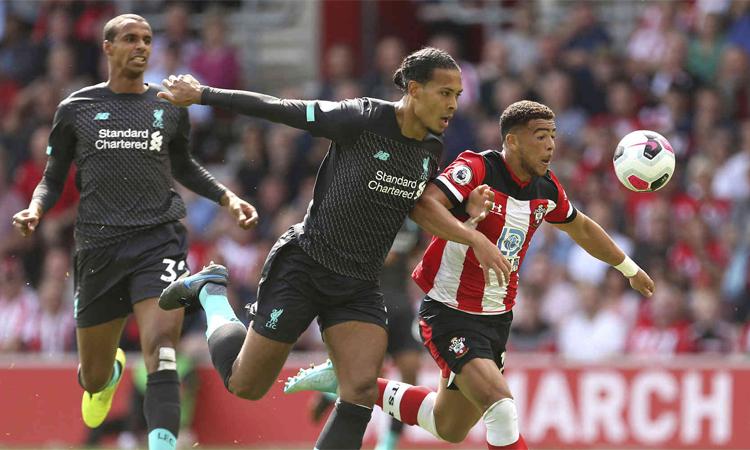 Hàng thủ Liverpool từng nhiều phen khốn đốn vì bẫy việt vị ở hai vòng đầu Ngoại hạng Anh, nhưng đội chưa trả giá vì các đối thủ đều yếu hơn hẳn. Ảnh: AP.