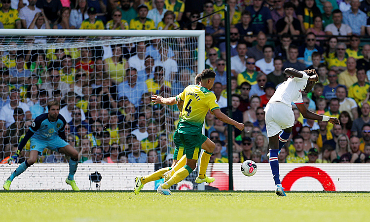 Abraham ghi dấu ấn với pha xử lý đẳng cấp để ghi bàn ấn định chiến thắng 4-3 cho Chelsea. Ảnh: Reuters.