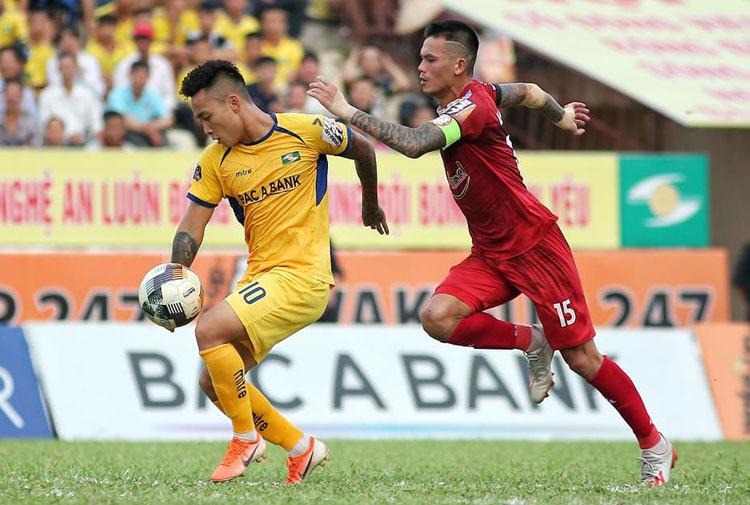 TP HCM (áo đỏ) ngược dòng giành chiến thắng 2-1 trên sân Vinh chiều 25/8. Ảnh: Xuân Thuỷ