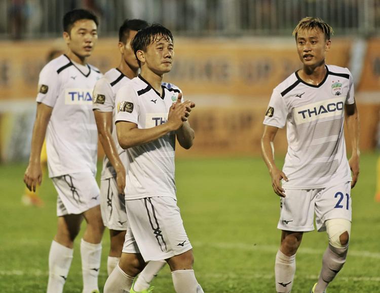 Minh Vương mừng bàn gỡ cùng đồng đội.
