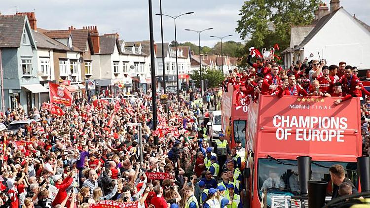 Chức vô địch Champions League cùng chuyến diễu hành bằng xe bus mui trần của Liverpool hồi 2005 giúp hun đúc giấc mơ, khát vọng của cậu bé Trent Alexander Arnold. Ảnh: Reuters.