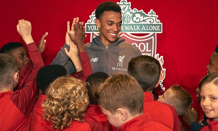 Alexander-Arnold muốn truyền cảm hứng để các em nhỏ ở Liverpool theo đuổi ước mơ thành công cùng đội bóng, như chính anh cách đây 14 năm. Ảnh: LFC.