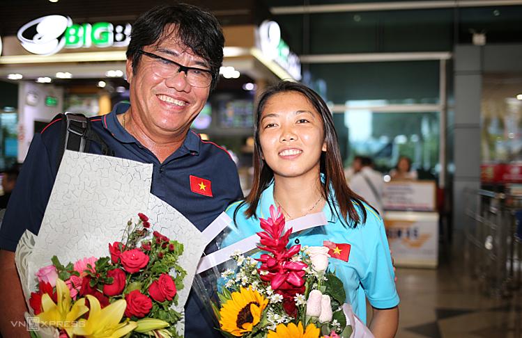 Trưởng đoàn Dương Vũ Lâm và tiền đạo Huỳnh Như rạng rỡ khi trở về sân bay Tân Sơn Nhất chiều 28/8. Ảnh: Đức Đồng.