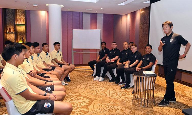 HLV Nishino (phải) nói chuyện với cầu thủ Thái Lan. Ảnh: Bangkok Post.
