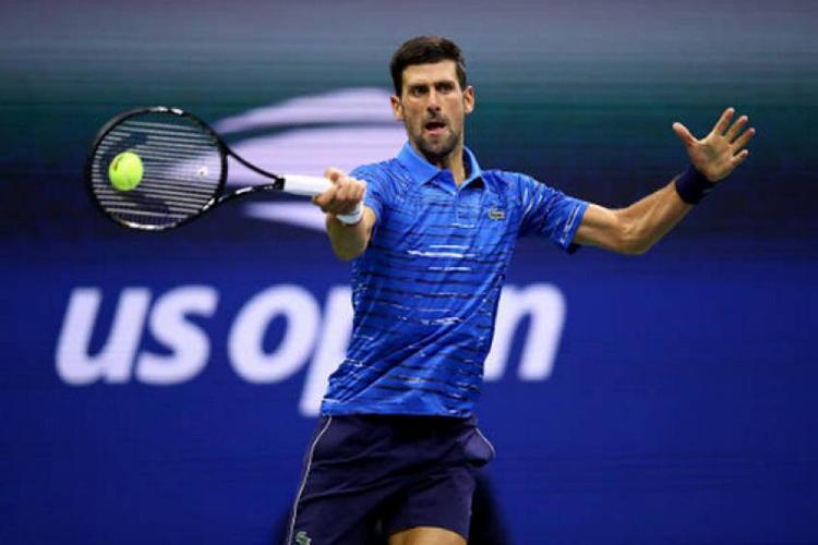 Djokovic khởi đầu vất vả trận này, vì nhiều lỗi tự đánh bóng hỏng.