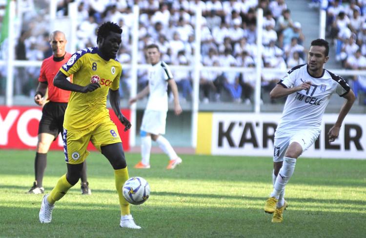 Vượt qua Altyn Asyr, Hà Nội (áo vàng) gặp 4.25 của Triều Tiên ở chung kết liên khu vực AFC Cup.