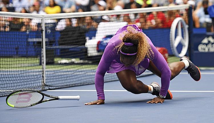 Pha bóng dẫn đến chấn thương của Serena. Ảnh: AP.
