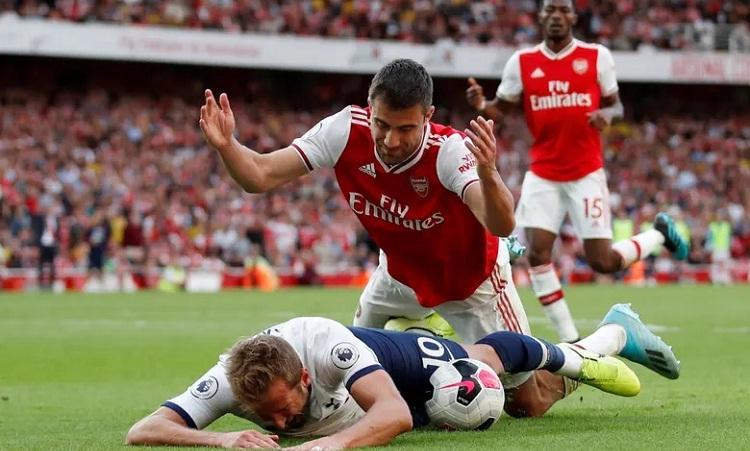 Arsenal và Tottenham bất phân thắng bại sau một màn rượt đuổi tỷ số, với nhiều pha bóng quyết liệt. Ảnh: Reuters.