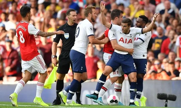Một pha xô xát giữa cầu thủ hai bên vào cuối trận. Ảnh: AFP.