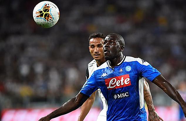 Koulibaly (xanh) mặc chiếc áo có đính huy hiệu Serie A ở ngực. Ảnh: Reuters.