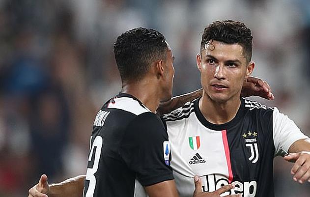 Ronaldo (phải) không muốn bản thân đặc biệt hơn các đồng đội. Ảnh: AFP.