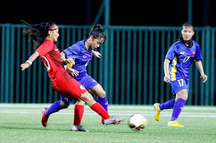 Việt Nam (áo xanh) thua Hong Kong trên sân Trung tâm đào tạo bóng đá trẻ VFF ngày 3/9.