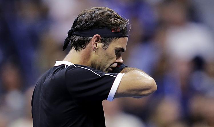 Federer mắc 32 lỗi tự đánh hỏng trong hai set cuối và tỷ lệ giao bóng một ăn điểm chỉ hơn 60%. Ảnh: AP.