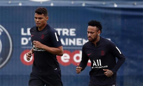Neymar (phải) rất buồn vì không được rời PSG năm nay.