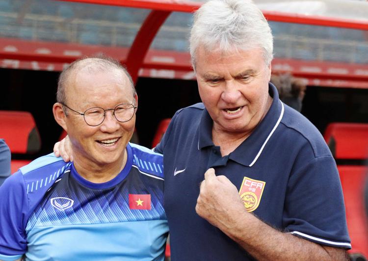 HLV Park Hang-seo và Guus Hiddink trò chuyện vui vẻ khi tái ngộ tại Trung Quốc ngày 7/9. Ảnh: VFF