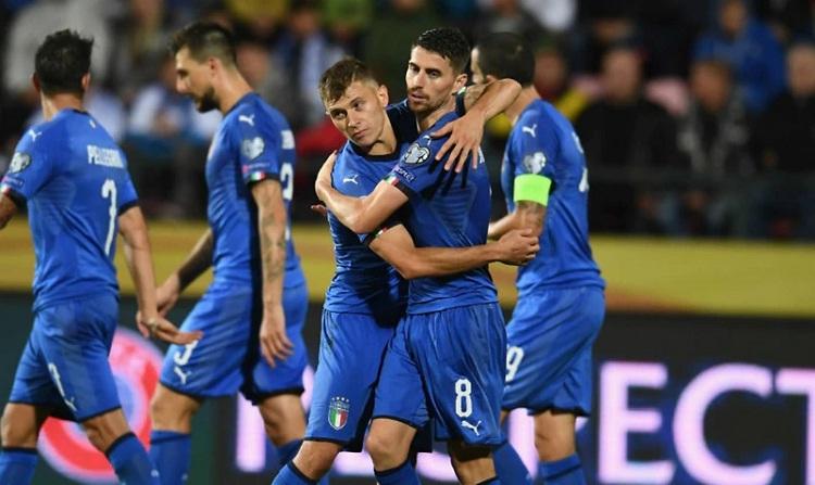 Jorginho chia vui cùng đồng đội sau khi ghi bàn ấn định tỷ số trận đấu. Ảnh: Reuters.