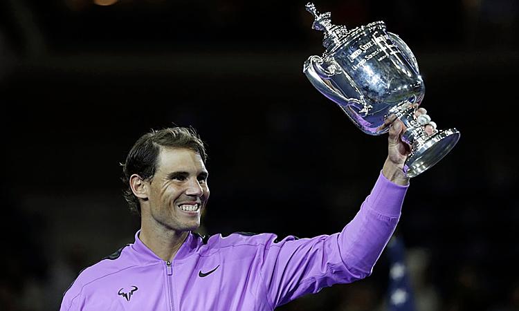 Nadal nâng cao cup Mỹ Mở rộng lần thứ tư sau khi đánh bại tay vợt hay nhất trong lớp kế cận lúc này là Daniil Medvedev. Ảnh: AP.