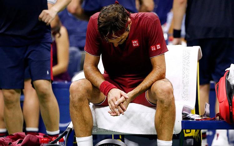 Federer kiệt sức do thời tiết khắc nghiệt ở Mỹ Mở rộng 2018. Ảnh: AP