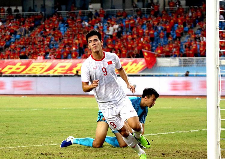 Tiến Linh là cầu thủ duy nhất được HLV Park Hang-seo chọn từ đội tuyển sang Trung Quốc, và anh ghi một cú đúp. Ảnh: VFF.