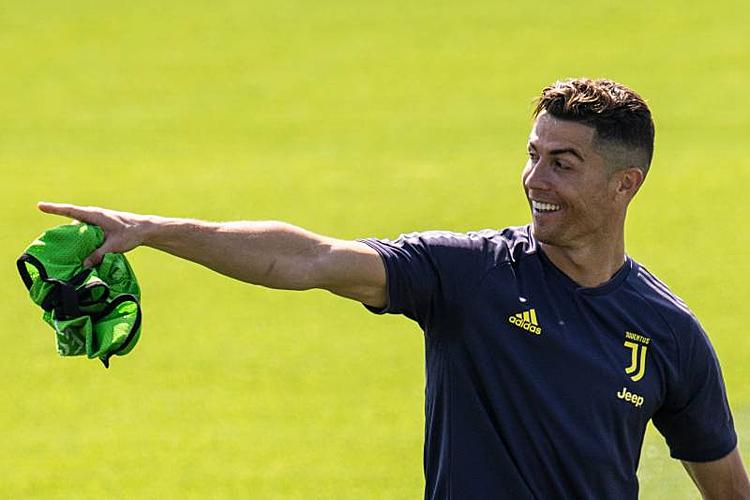 Ronaldo được Juventus trả khoảng 2,8 triệu USD mỗi tháng tiền lương. Ảnh: Bleacher Report.