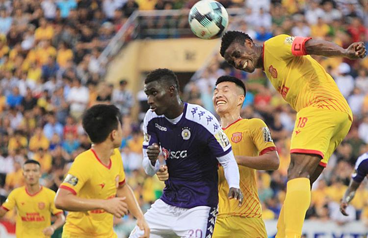 Nam Định (áo vàng) thắng Hà Nội 2-0 ở sân Thiên Trường trong giai đoạn một. Ảnh: VPF.