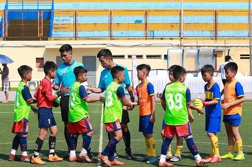 các cầu thủ nhí đội HYS Văn Quán (áo xanh) và CLB bóng đá Gia Lâm (áo đỏ)