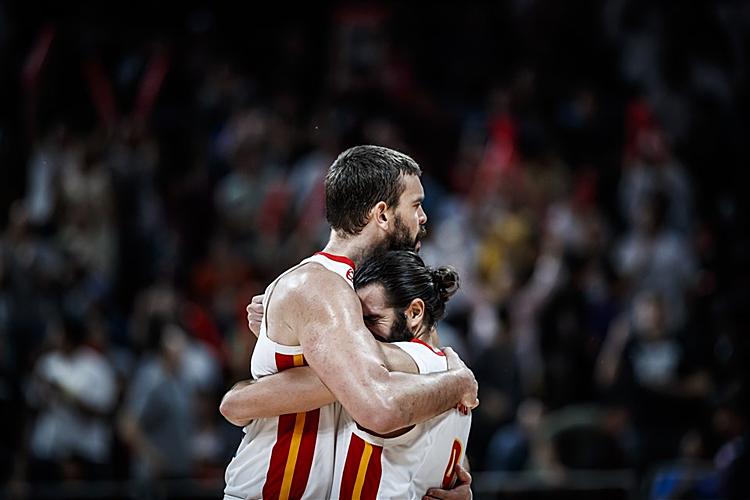 Hai ngôi sao NBA Marc Gasol (trái) và Ricky Rubio góp công lớn đưa Tây Ban Nha vào chung kết. Ảnh: FIBA.