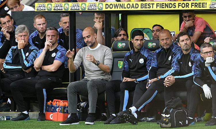 Vẻ thất vọng của Guardiola (áo xám) trong cabin huấn luyện. Ảnh: PA.