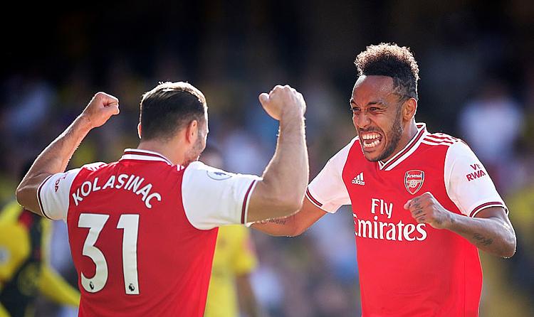 Aubameyang (phải) chia vui cùng đồng đội sau khi ghi bàn vào lưới Watford. Ảnh: PA.