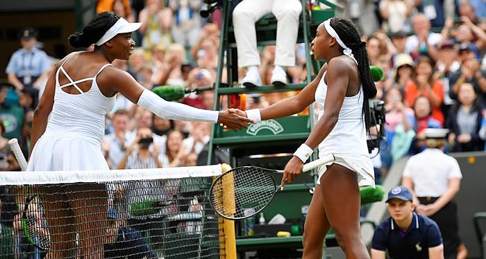 Gauff nhận lời chúc mừng sau khi đánh bại thần tương Venus ở Wimbledon 2019. Ảnh: Reuters.