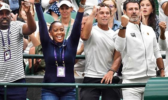 Bố mẹ của Coco Gauff ăn mừng chiến thắng khi con gái hạ gục Magdalena Rybarikova ở vòng hai Wimbledon 2019. Ảnh: Phil Harris/Zuma Press.